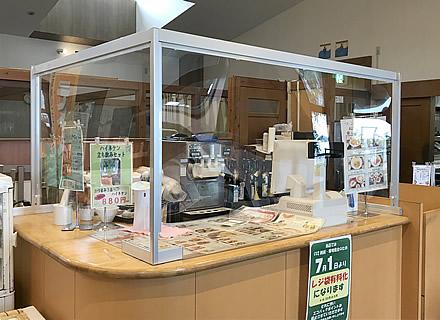 施設内の食堂カウンターに設置したソフケンの対面カウンター用パーテーション(1)