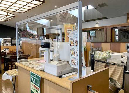 施設内の食堂カウンターに設置したソフケンの対面カウンター用パーテーション(2)