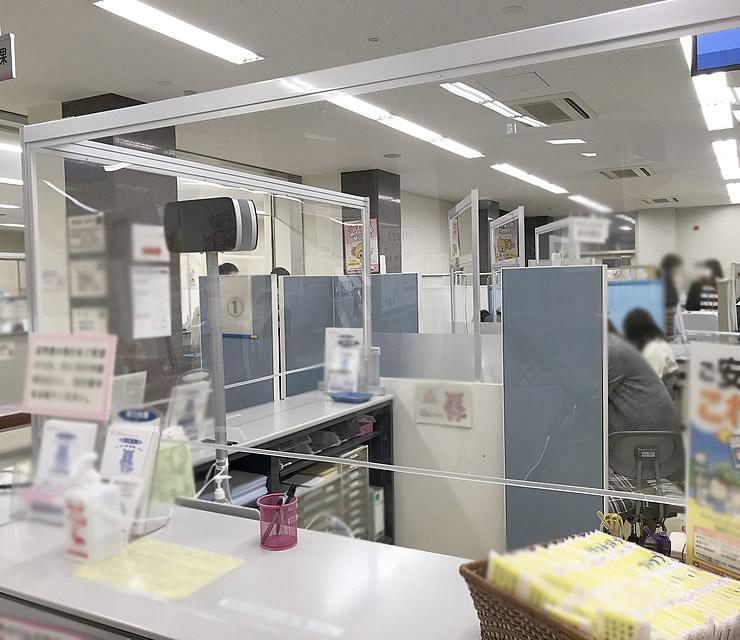 印西市役所 市民課 総合受付カウンター対応飛沫防止パーテーション 導入写真(2)