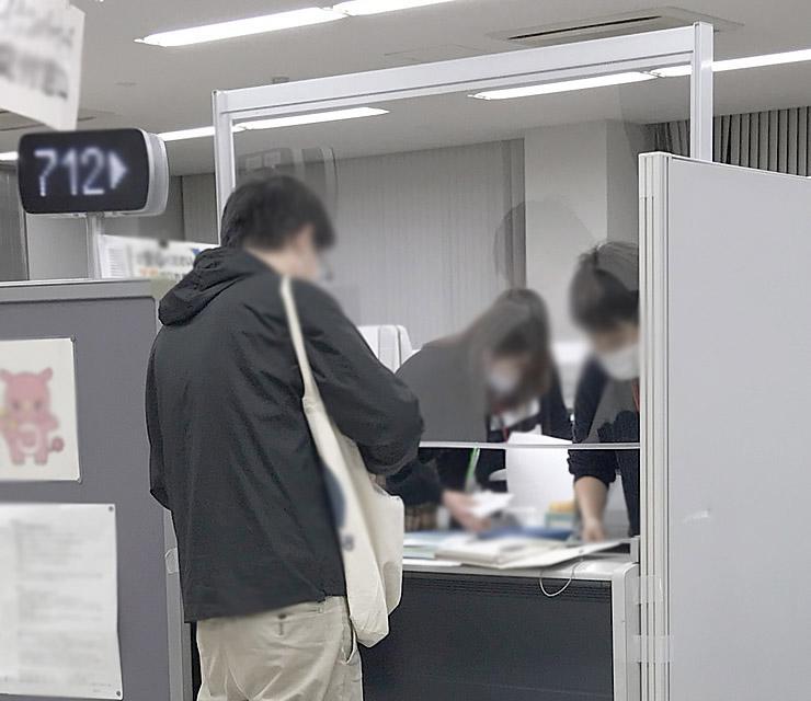 印西市役所 市民課 総合受付カウンター対応飛沫防止パーテーション 導入写真(4)