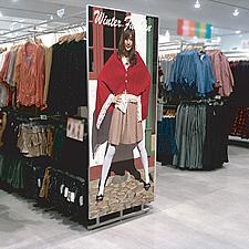 衣料品店の店内に設置された特注サイズの「ラクパネ」です。