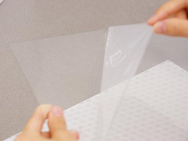 透明板の保護フィルムを剥がしてください。(2)